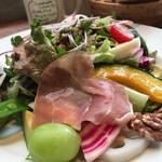 ロイヤルガーデンカフェ - キユーピーとヤサイな仲間たちカフェ:10種野菜とチキン・いちじくの パワーサラダ