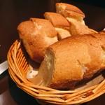 フレンチカフェレストラン 神楽坂 ル コキヤージュ - パンは1人に2切れずつ。