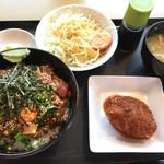 外山食堂 - 納豆鉄火丼、セットのサラダとメンチカツ ご飯は大盛。