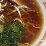 7322185 - ラーメン、醤油と鶏ガラが前面に出たスープ