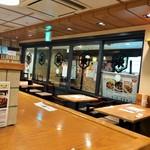 もつ焼き 栄司 - 座ったカウンター席から見た店内