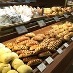 メゾンカイザー仙台 - たくさんパンも売っています!