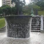 五島軒 - 新旧噴水、手前の噴水には「清泉滾滾(せいせんこんこん)」と書かれています