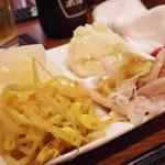 もつ焼 加賀山 - お好み4品盛り ゆず大根、もやしキムチ、ポテトサラダ、ガツ刺