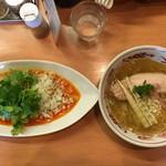 中華そば 呵呵 - 【左】香菜 汁なし担担麺 (太麺) 920円 【右】塩 (細麺) 760円
