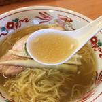 中華そば 呵呵 - 塩ラーメンのスープ デフォルトだと中華そば系の味わい そこにオリーブオイルを入れると上品なスープに!オリーブオイルはオススメ!