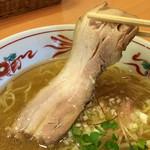 中華そば 呵呵 - 大きなチャーシュー1枚入り! 連れは肉が得意でないんですが こちらのチャーシューは柔らかくて美味しいと絶賛してました!