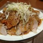 居酒屋 NIJYU-MARU - どっさりおつまみチャーシュー999円(税抜) 下に千切りキャベツでかさまし盛りですが、 20切れ弱くらいは入ってました。
