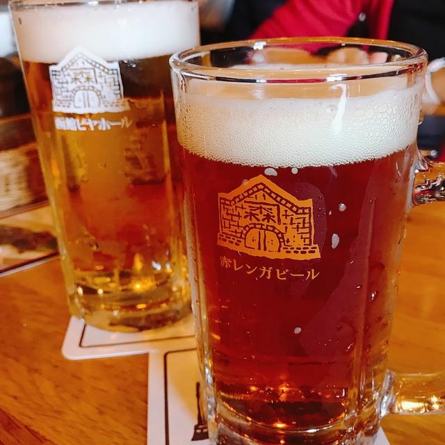 函館ビヤホール - 手前:函館赤レンガビール 奥:サッポロクラシック