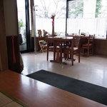 カフェ&レストラン メリーポピンズ - テーブル席と小上がりがあり落ち着いています