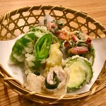小むら - 天ぷら盛り合わせ  斬新なベーコン、バジルのかき揚げや、ズッキーニの天ぷらもすんごい美味しい❤️