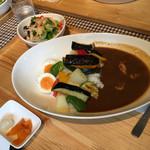 ハッピー食堂 - 彩野菜とチキンソテーのマサラカレー1382円