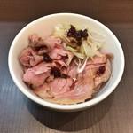 麺屋りゅう - 週替わり丼(レアチャーシュー丼 オニオンソースがけ)