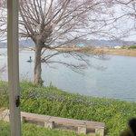 ナチューラ - 壁一面の窓の向こうは川が見渡せます