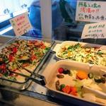絹延橋うどん研究所 - 有機野菜のおかず       食べれる分だけ取るスタイル       他のおかずとの合い盛り、他人との取り分け、お代わりはNG