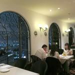 ピッツォランテ スパッカ ナポリ - 窓際のテーブル