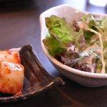 熔岩焼肉 牛火 - サラダ・カクテキキムチ