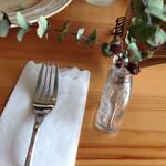 ガレット&カフェ クランプーズ - テーブルにはかわいいお花(?)が飾られています