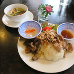 73268367 - ハーフ&ハーフ(鶏おこわ&モツおこわ)セット、スープ:高菜と挽肉のスープ