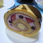 パティスリー キハチ - 桜と苺のロールケーキ