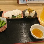 信州蕎麦の草笛 - 晩酌セット(1000円)真ん中のスペースにビール置かれて提供されました