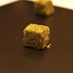 カンテサンス - お茶菓子 ケシの実に包まれた生チョコ