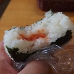くどうラーメン - 中には鮭フレークが(食べかけですみません)