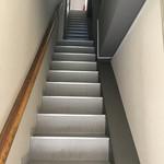 焼きそば専門店 りょう - 細長い階段を上がります。
