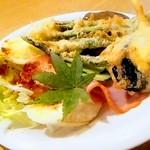 楽園 - ハンバーグ定食 ふつう1100円 ライス 味噌汁 漬物 サラダ付き