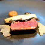 トムクリオーザ - 鳥取県の鹿のもも肉のロースト、 オーストラリア産黒トリュフ、 マコモダケ、 パルミジャーノ、 粒マスタード 黒胡椒のペースト