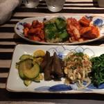 韓の台所 別邸 - キムチ盛り、季節のナムル盛り
