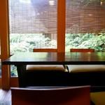 瓢亭 - 坪庭窓側テーブル席