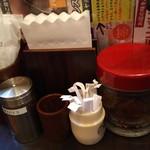 100時間カレー B&R - テーブルの上の調味料&福神漬け
