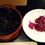 魚河岸 魚◯本店 - 魚河岸 魚〇本店 @有楽町 刺身定食に付く甘目に炊かれたヒジキの煮物と柴漬け
