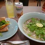 ベトナムカフェ CHOM CHOM - Cセット(牛肉のフォー&スペシャルバインミー パッションフルーツジュース)