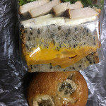 アンデルセン - 料理写真:かぼちゃと桜島どりの秋サンド 鶏肉サンドはシンプルに美味しい♪ かぼちゃのサンドは味に工夫が欲しい。 パンが良いね♪  バナナケーキ ふんわりとした生地にクルミが良く合ってて美味しい♪生地が美味しい。