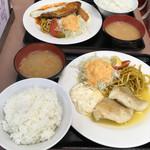 ランチハウス ミトヤ - 手前が、白身魚のバター焼き定食。奥が、チーズハンバーグ&カニコロッケ&目玉焼('17/09/18)