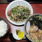 ファミリーラーメン さんげつ - 料理写真:ニラレバ炒めセット(990円)