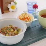 エリーズ カフェ - Elly's ポキ丼
