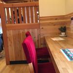 珈琲所 コメダ珈琲店 - 椅子も統一された真紅です