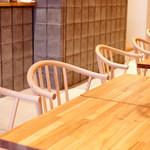 ペリカンカフェ - 気の温もりを感じるテーブルと椅子。