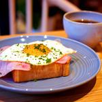 ペリカンカフェ - 見た目も美味しいハム目玉焼きトースト。
