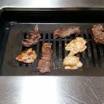 すから - 焼肉ランチと、ホルモンランチの肉です。
