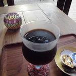 シーズカフェ - ドリンク写真:外の木立を浮かべた水出しアイスコーヒー
