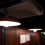 DEN - 天井の照明はやや弱め。