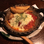 イザカヤいっちょ - アボカドとハンバーグのトマトチーズ焼き(アボカドは品切れで入ってません…)