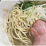 中華そば いづる - パツっとした食感の低加水麺。小麦感がたまりませぬ。