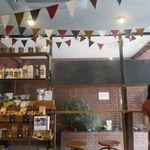 猿田彦珈琲 - と、いうことで、しばし明るい雰囲気の店内で、「猿田彦のコーヒーフラッペ トールサイズ」が出来上がるのを待つことにします。