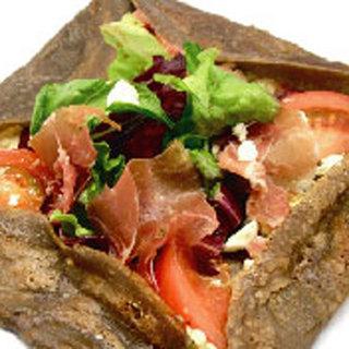 パルマ産生ハムとギリシャ産フェタチーズサラダ仕立てのガレット