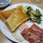 ゲンキッチン - メインのお皿はサラダ、卵料理とトーストが乗ったプレートです。